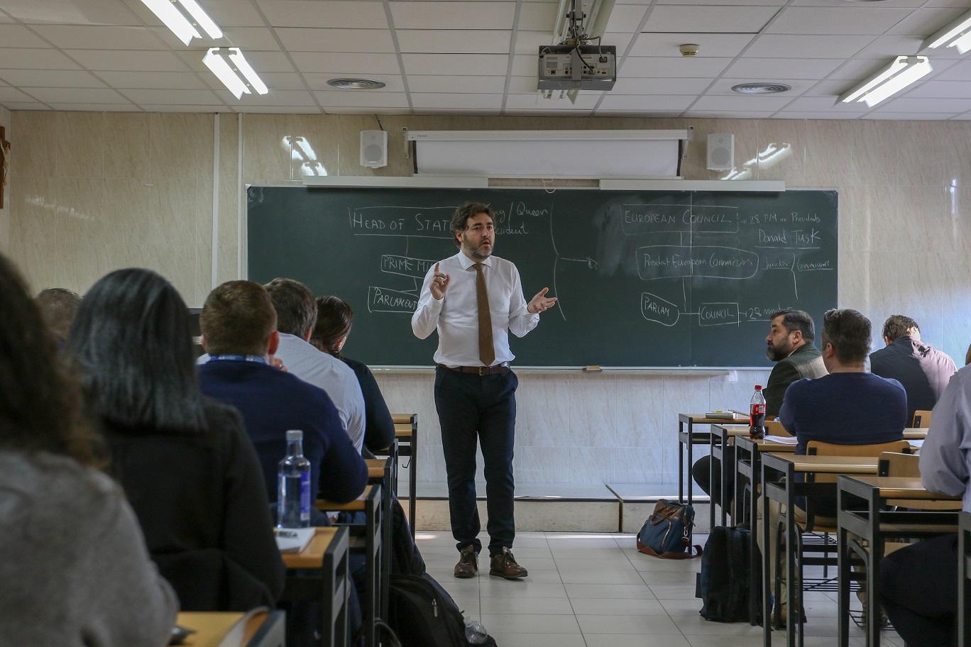 Jonás Fernández explicando Europa en una clase con alumnos