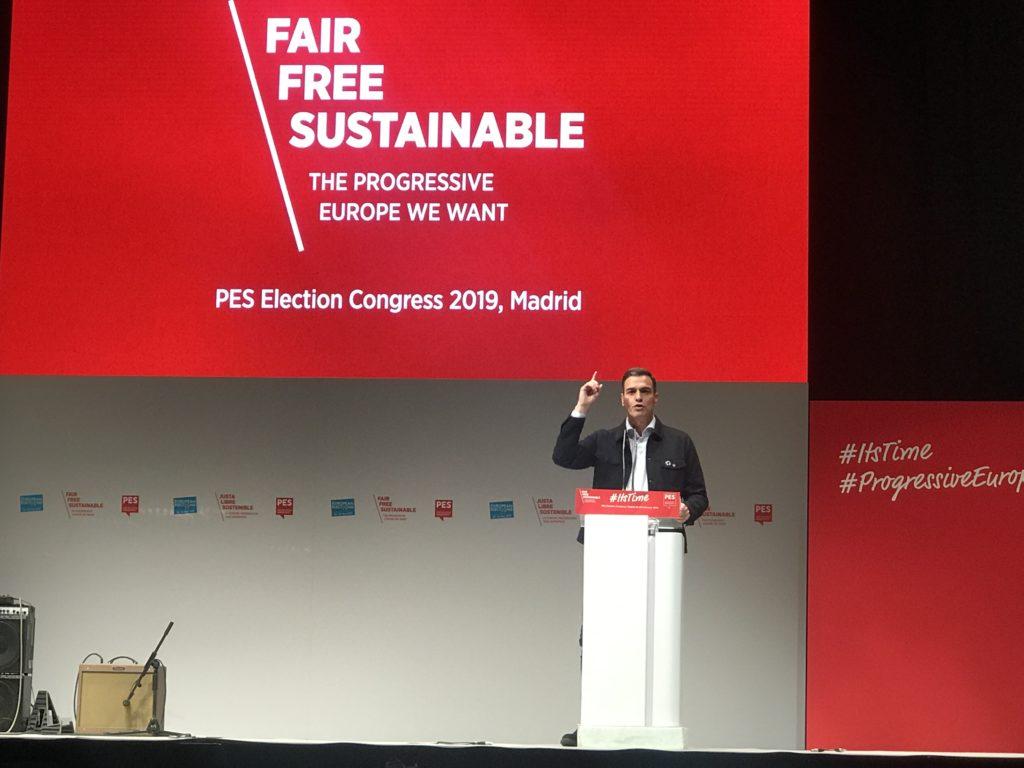 Pedro Sánchez habla en un podio en el congreso del PES