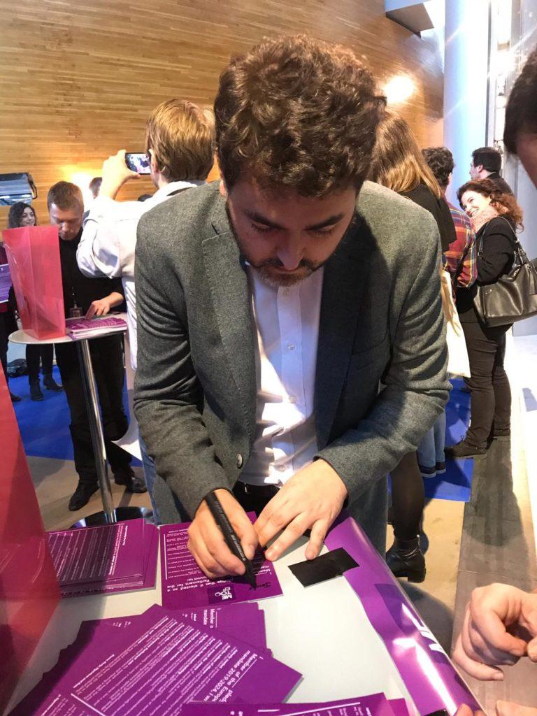 Jonás Fernández firmando MeToo