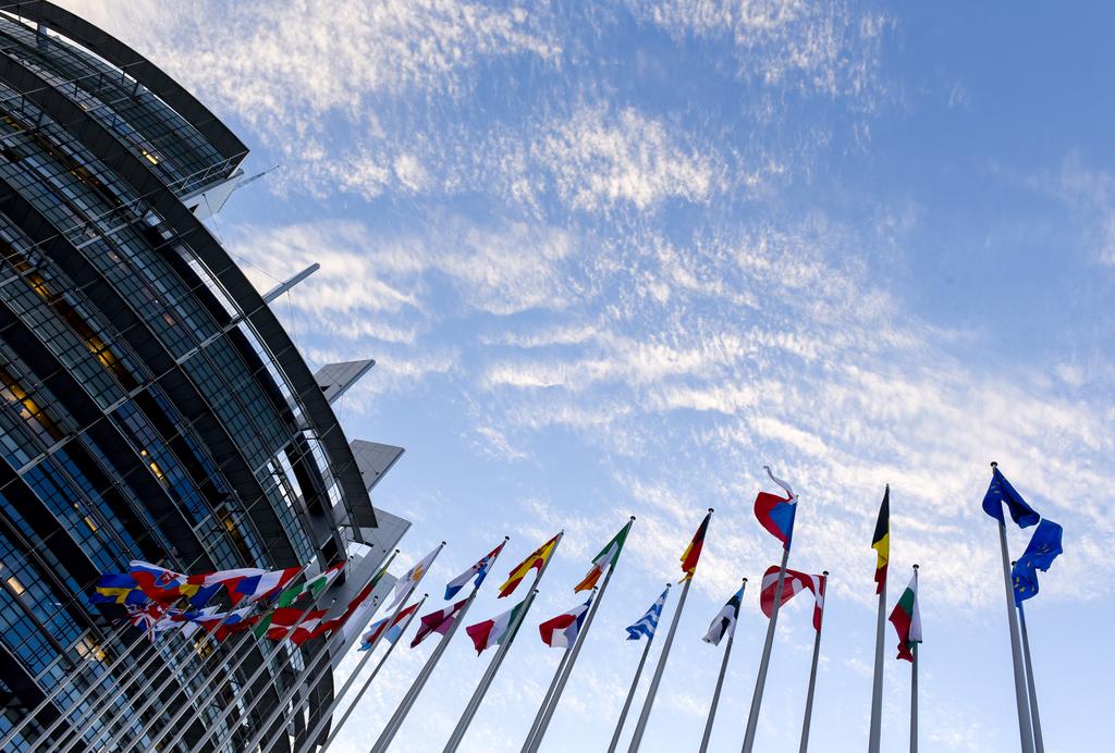 Banderas y edificio Parlamento europeo en Estrasburgo