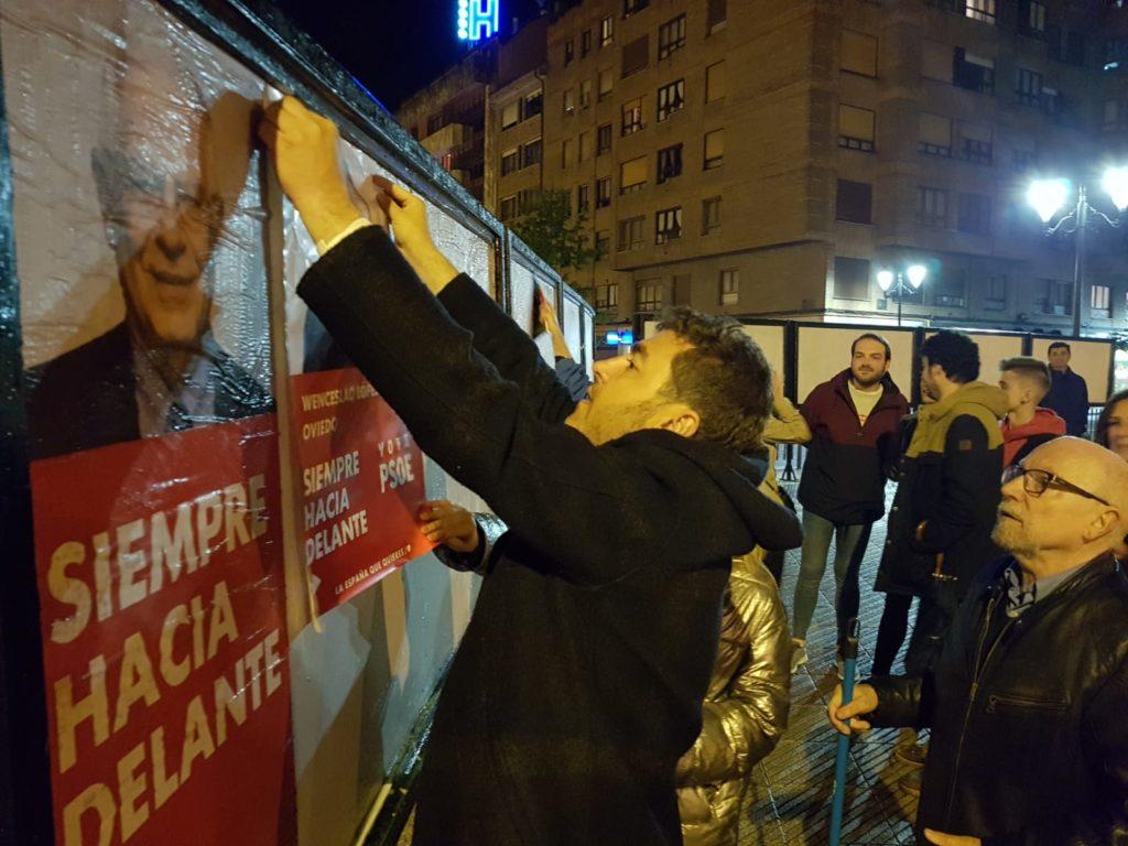Jonás Fernández colgando carteles de las elecciones europeas