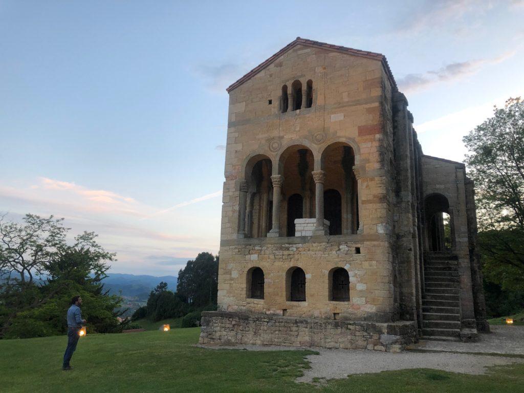 Jonás Fernández mira iglesia prerrománica