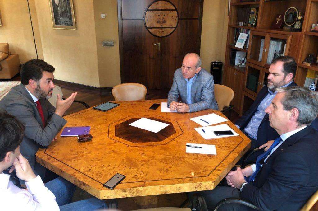 Jonás Fernández se reúne con representantes de las Cámaras de comercio asturianas