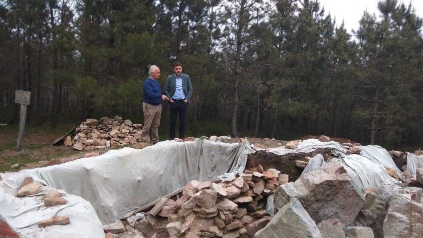 Jonás Fernández visitando un túmulo del neolitico