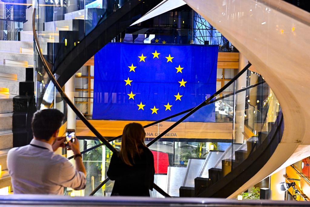 Bandera europea dentro del Parlamento europeo