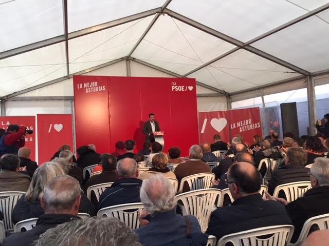 Jonas Fernandez habla en un mitin en Llanes