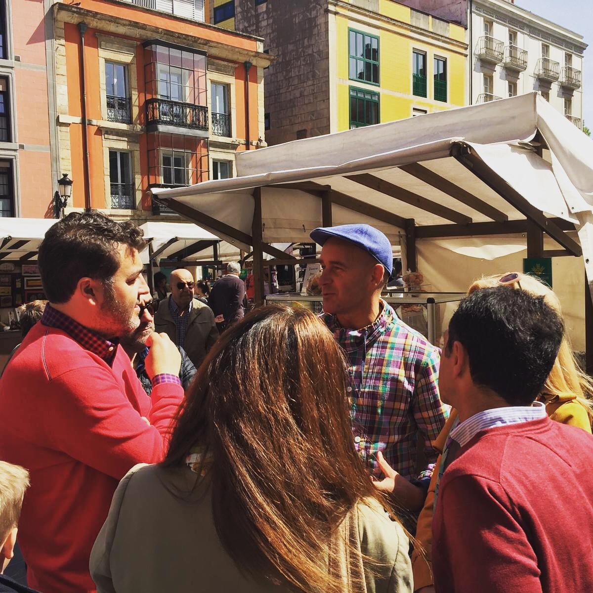 Jonás Fernández hala con ciudadanos en el mercado