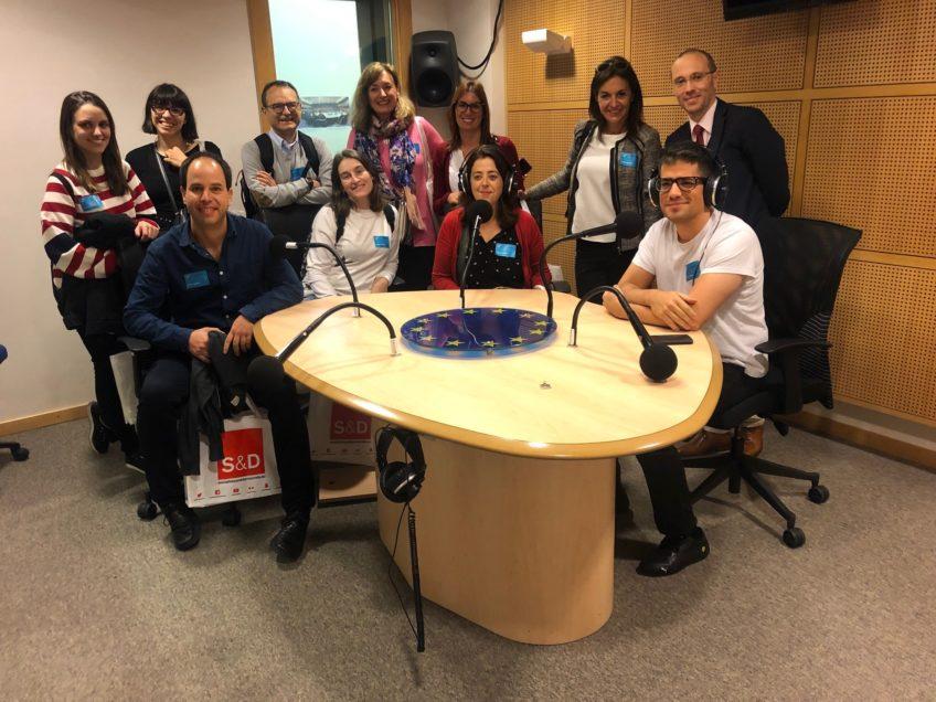 Grupo de periodistas en un estudio de radio del Parlamento europeo