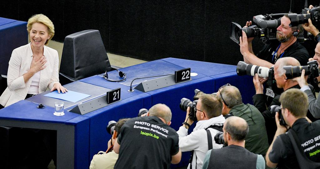 Von der Leyen en el Parlamento europea, con prensa alrededor
