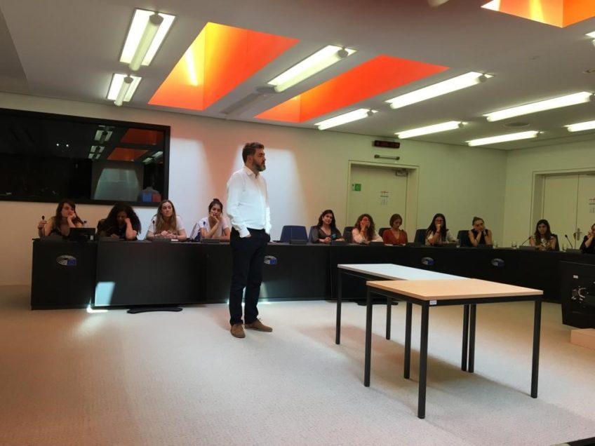 Jonás Fernández habla con los estudiantes