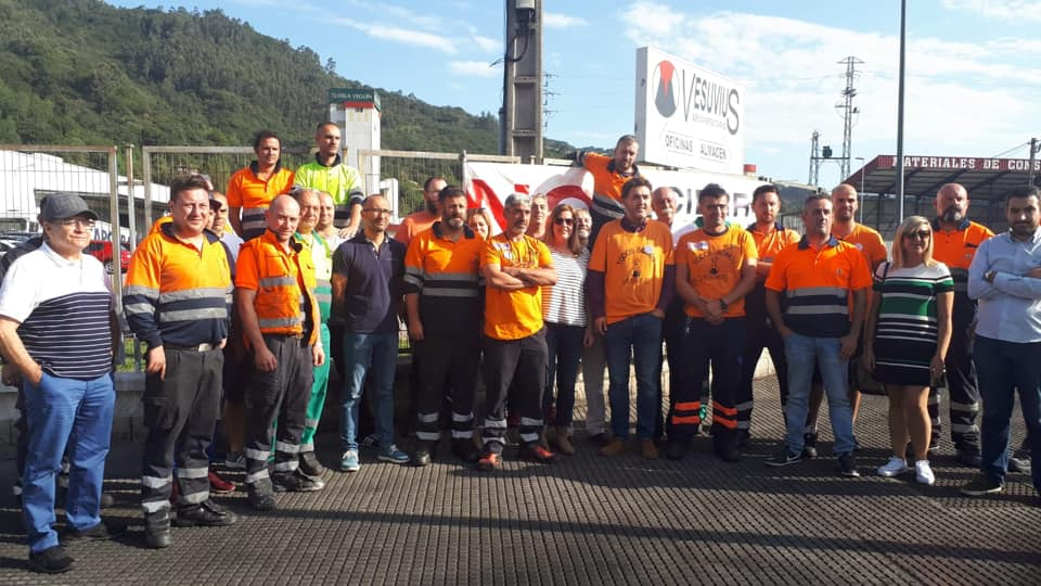 Jonás Fernández junto con los trabajadores de Vesuvius